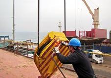 Entladung des Frachtaltmetalls vom Frachtschiff im Hafen von Iskenderun, die Türkei Eine Großaufnahme von Frachtrückständen auf d stockbild
