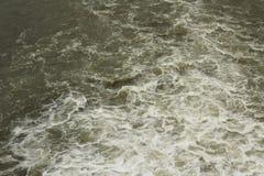 Entladung des Rohwasserhintergrundes Stockbild