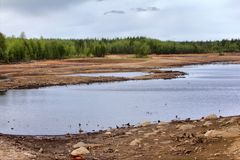 Entladung des Wassers von der Wasserkraft, Flussgrund wurde herausgestellt Stockfotos