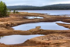 Entladung des Wassers von der Wasserkraft, Flussgrund wurde herausgestellt Stockfoto