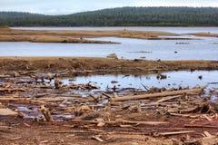 Entladung des Wassers von der Wasserkraft, Flussgrund wurde herausgestellt Stockbilder
