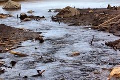 Entladung des Wassers von der Wasserkraft, Flussgrund wurde herausgestellt Lizenzfreies Stockbild