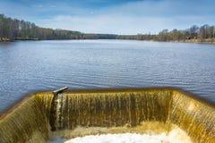 Entladung des Wassers zum Reservoir Lizenzfreies Stockfoto