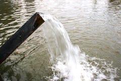 Entladung des Wassers zum Sauerstoff Lizenzfreies Stockfoto
