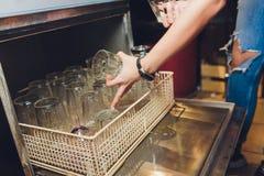 Entladung von sauberen und gl?nzenden Gl?sern von der Sp?lmaschine lizenzfreie stockbilder