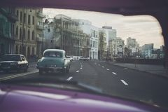 Entlang das MalecÃ-³ n bei Sonnenuntergang in Havana fahren, Kuba stockfoto