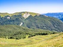 Entlang dem Weg in Richtung zum Gipfel des Berges Stockfoto