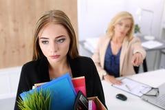 Entlassene Arbeitskraft im Büro, schlechte Nachrichten, abgefeuert Stockfoto