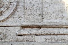 Entlastung der Basis von zwei Säulen Stockfotografie