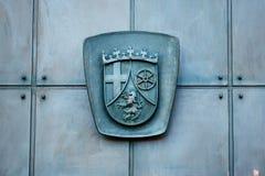 Entlastung, die auf einer metallischen Tür - Caot von Armen schnitzt Lizenzfreies Stockfoto