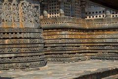 Entlastungen auf der äußeren Wand Hoysalesvara-Tempel, Halebid Stockbilder