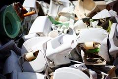 Entleerte keramische Toiletten stockfotos
