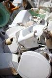 Entleerte keramische Toiletten stockfoto