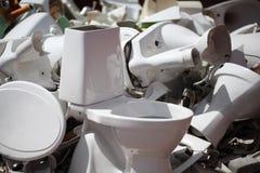 Entleerte keramische Toiletten stockfotografie