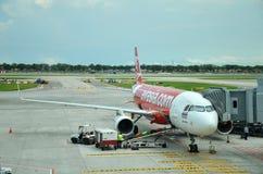 Entleerung des Gepäckes von den Air- Asiaflugzeugen Lizenzfreies Stockfoto
