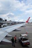 Entleerung des Gepäckes von den Air- Asiaflugzeugen Lizenzfreie Stockfotos