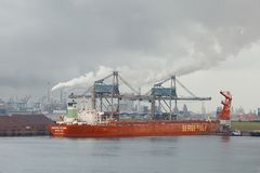 Entleerung eines enormen Schiffs Lizenzfreie Stockfotografie