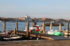 Entleerung von Waren von den Booten auf dem Pier von Venedig am frühen Morgen lizenzfreies stockbild