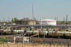 Entleerungsund ladende Eisenbahnwagen verschiedene Erdölprodukte an Stockbild