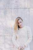 Entmutigte durchdachte junge blonde Frau Lizenzfreie Stockfotos