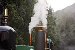 Entonnoir d'un train de vapeur émettant la fumée photo libre de droits