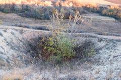 Entonnoir de Karst sur la surface de la terre photographie stock