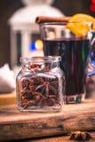 Entornado con las estrellas del anís, especia festiva para el vino reflexionado sobre imágenes de archivo libres de regalías