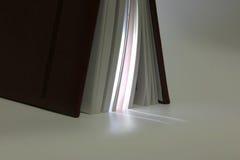 Entornado derecho en el extremo del libro con ingresos de su ligh imágenes de archivo libres de regalías
