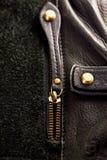 Entornado la cremallera en un bolso de cuero foto de archivo