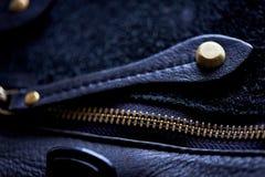 Entornado la cremallera en un bolso de cuero foto de archivo libre de regalías