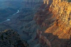 Entourant le fleuve Colorado, Grand Canyon prend une tonalité orange sous le coucher de soleil images libres de droits