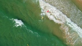 Entourer au-dessus de la mer et des surfers sur les vagues banque de vidéos