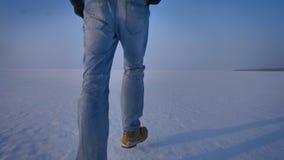 Entourer autour de la vue du fond à compléter de l'homme marchant autour du champ de neige banque de vidéos