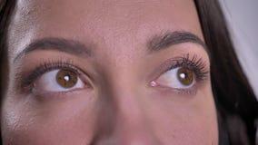 Entourer autour du portrait en gros plan de la jeune femme caucasienne de brune observant vers le haut clips vidéos