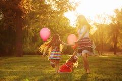 Entourer de mère et de deux filles Images stock
