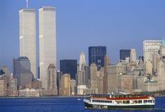 Entourez la ligne bateau pour voir la statue de la liberté avec le World Trade Center, New York City, NY Photos libres de droits