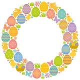 Entourez le cadre avec des oeufs, des lapins et des poussins de pâques Image stock
