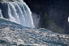 Entourez-vous dans l'eau au parc d'état de chutes du Niagara Image stock