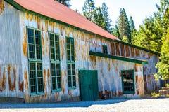 Entrée à de vieilles exploitations minières de Rusty Tin Building Once Used In Image libre de droits