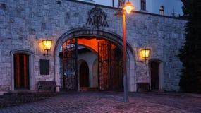 Entrée à l'abbaye de Pannonhalma la nuit images stock