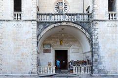 Entrée à la cathédrale du saint Tryphon, Kotor, Monténégro Image stock