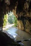 Entrée à la caverne de Tham Lod avec la stalactite et la stalagmite Photographie stock libre de droits