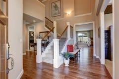 Entrée à la maison avec les murs et le plancher en bois dur beiges Vue d'intérieur Image libre de droits