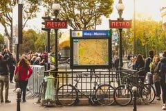 Entrée à la station de métro Alma - Marceau Images stock