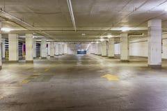 Entrée à un aire de stationnement vide sale Photo libre de droits