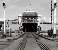 Entrée à un ferry danois de chariot et de train Photos libres de droits