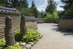 Entrée à un jardin coréen traditionnel Image stock
