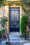 Entrée à un vieux bâtiment dans le voisinage de Plaka, Athènes, Grèce image libre de droits