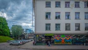 Entrée à une discothèque dans un bâtiment néoclassique d'ère soviétique à Vilnius photos libres de droits