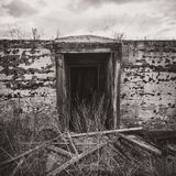 Entrée abandonnée de cave photographie stock